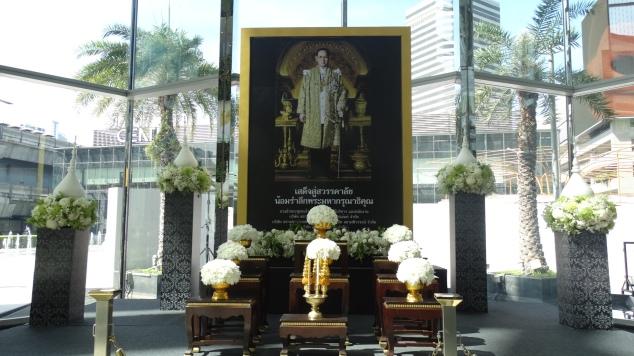 Effige del vecchio re Bhumibol nel Siam Center di Bangkok