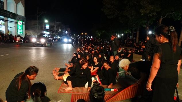 Gente in strada aspettando il passaggio del Re Vajiralongkorn